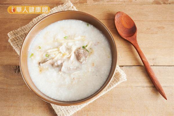 使用白米煮粥,且烹調時間過長,容易被消化吸收,影響血糖。