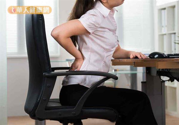 反覆腰痛是閃到腰了?小心,若疼痛延伸至臀部,恐是久坐、姿勢不良,壓迫梨狀肌,導至坐骨神經痛上身惹禍!