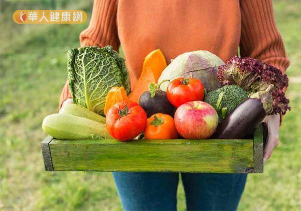 成人每日膳食纖維建議攝取量為25~35公克。適度補充膳食纖維有助增加飽足感、增加糞便體積、刺激腸胃蠕動幫助排便。
