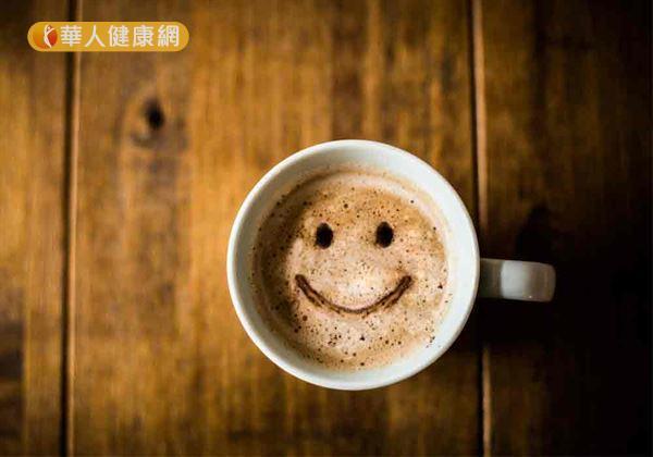 飲用咖啡時,應盡量避免額外添加糖份、奶精,才不會保健不成,反增加身體負擔。