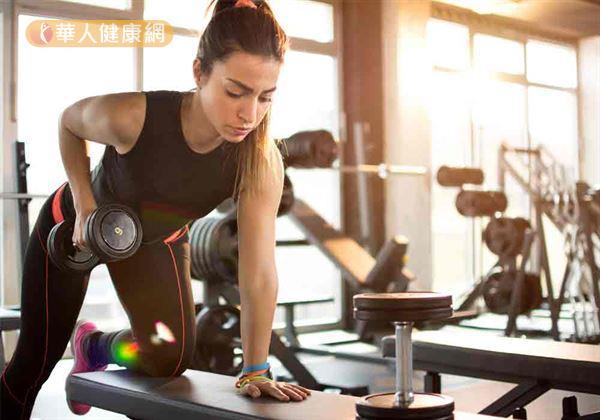 過度劇烈、加壓的運動,譬如,包括重訓容易導致下腹部肌肉痙攣等訓練,不僅可能加劇經痛問題產生,也易在施力不當下,增加經血逆流的風險。