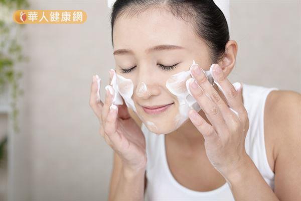 冬天不要使用清潔力道過強、強調去油力的洗面乳,以免造成過度清潔。