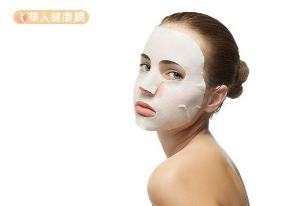 敷完面膜之後別忘了要先洗臉,再上保養品,以免面膜的殘留成分阻塞毛孔。