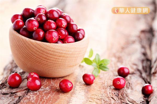 蔓越莓有助於預防尿道感染的主要成分就是前花青素和有機酸。