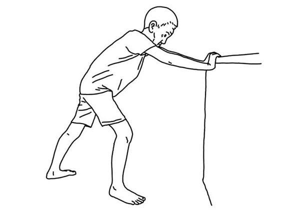 手扶椅或牆,一腳前一腳後,雙腳腳跟不離地,後腳拉直有緊繃感,動作靜止10秒後,前後腳互換,重複5次。(圖片/大田出版提供)