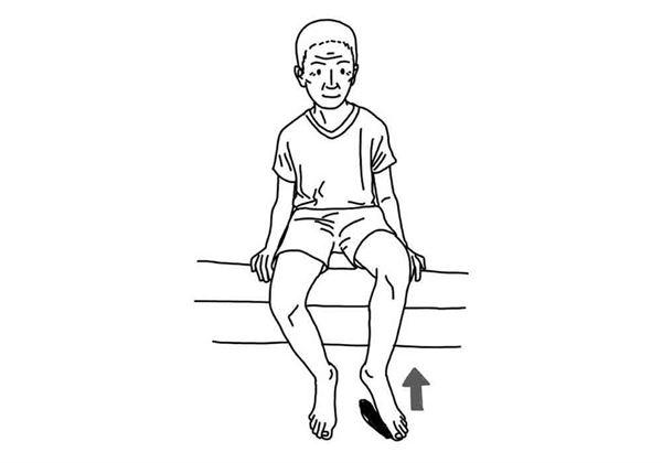坐在椅子上,做踏步動作,重複10次。(圖片/大田出版提供)