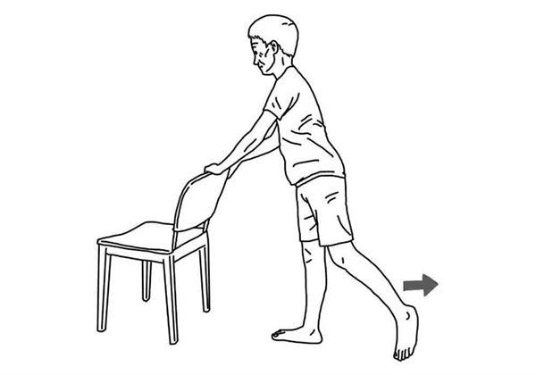 手扶椅背,輪流將腳往後抬起,每個動作維持10秒,重複10次。(圖片/大田出版提供)