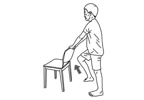 手扶椅背,輪流將大腿往前抬起,每個動作維持10秒,重複10次。(圖片/大田出版提供)