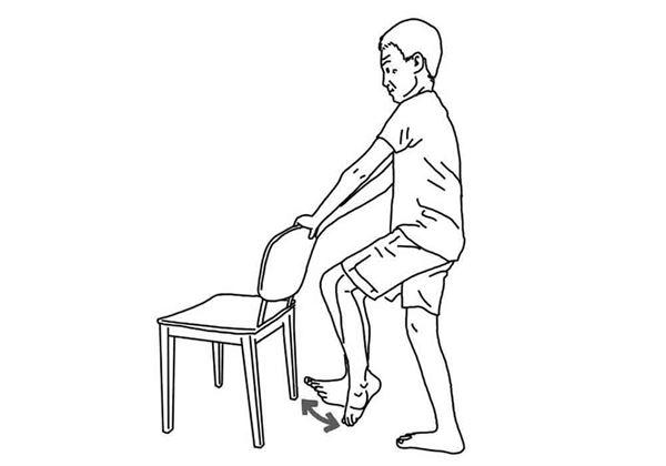 手扶椅背,腳尖、腳跟輪流上提,重複10次。(圖片/大田出版提供)