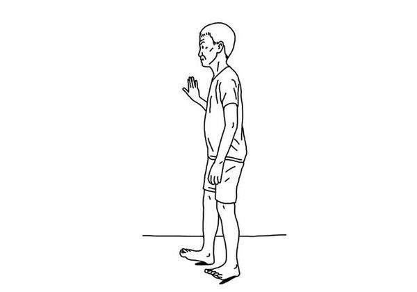 手扶椅背或牆壁,用腳跟往前走路大約2公尺,來回直線走3趟。(圖片/大田出版提供)