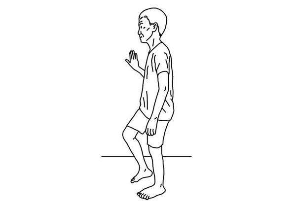 手扶椅背或牆壁,做踏步動作,重複10次。(圖片/大田出版提供)