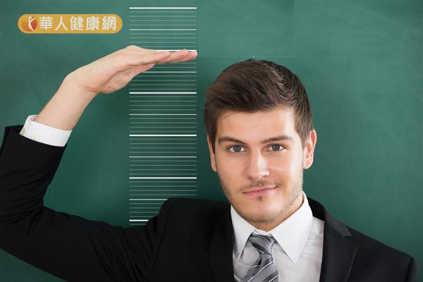 若身高比年輕時減少3公分,代表脊椎已出現變扁、垮掉的情況。