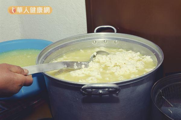 牛奶製作成乾酪過程中,當pH值降到4.6時,酪蛋白會凝固沉到底下,而上層的液體就是「乳清蛋白」。
