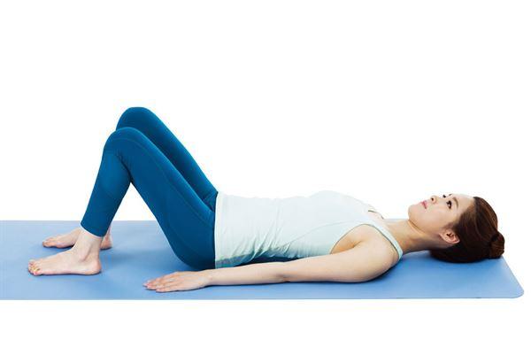 腰部躺姿骨盆傾斜運動1.平躺在地,屈膝。(圖片提供/采實文化)