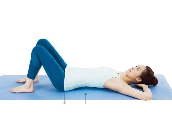 雙臂枕在頭下,臀部緊貼地面,腰部出力輕輕抬起來,維持 6 秒。(圖片提供/采實文化)