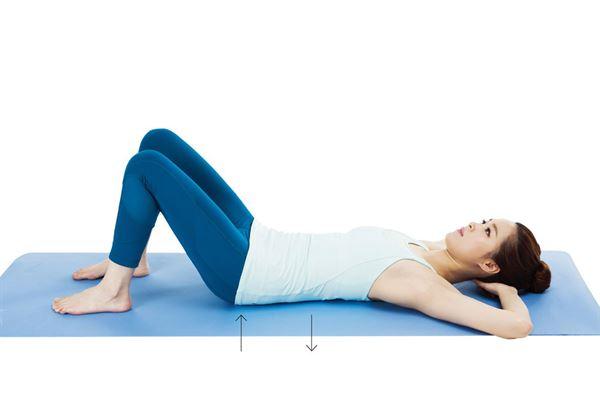 反之,腰部緊貼地面,臀部輕輕抬起來,維持 6 秒。(圖片提供/采實文化)