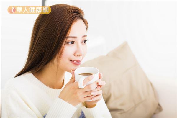 咖啡會使尿液中鈣質的排出量大增,因此喝咖啡需適量,建議每日咖啡因攝取量不宜超過300毫克。