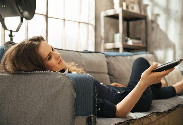 自殘姿勢6:頭枕在沙發扶手(圖片提供/趨勢文化)