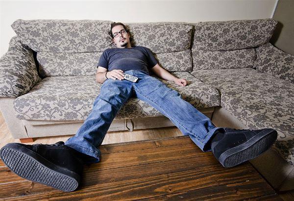 自殘姿勢7:直接癱睡在沙發上(圖片提供/趨勢文化)