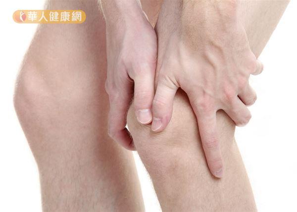 僵直性脊椎炎也可能會有周邊關節炎,常侵犯下肢關節造成關節腫脹疼痛。