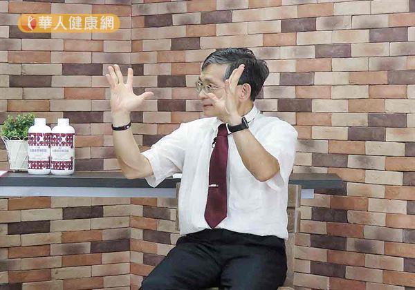 手指及腕部模擬舞弄布袋戲的動作、適度轉動手腕,並在轉動腕部的過程中,將5根手指隨著動作進行,依照大拇指、食指...至小指的順序反覆向下、打開。