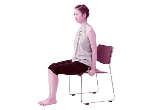 臀部只稍微坐到一點椅面,腳底則完全踩在地板上,兩手抓住椅子以求安全穩固。(圖片/采實文化提供)