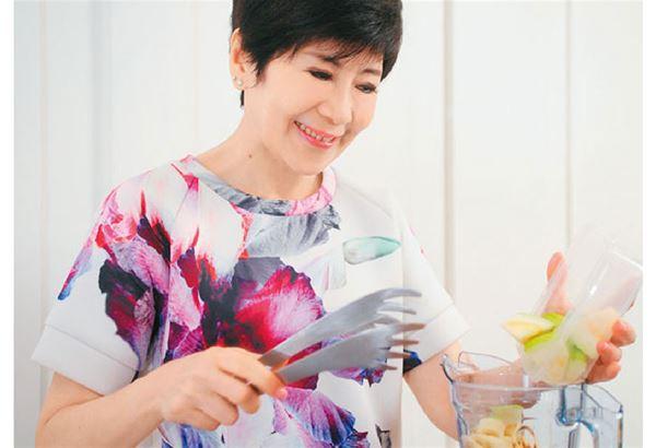 陳月卿表示,藉由10天喝綠拿鐵蔬果汁排毒法,能輕鬆調整食量和味覺,喝下全食物的植化素和營養。(圖片提供/天下生活)