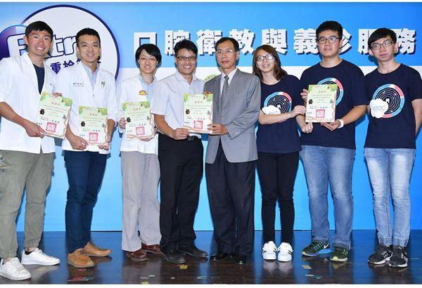 興華國小校長李連成(左四)感謝口腔衛生醫療服務團隊的協助。