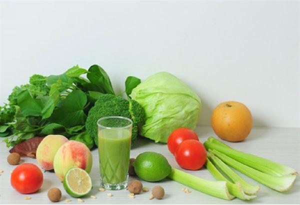 在1杯綠拿鐵中,水果佔了全部食材的60.70%,還有30.40%的蔬菜量。(圖片提供/天下文化)