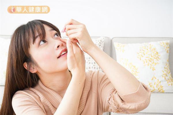若使用到含有類固醇成分的眼藥水,長期使用可能會導致眼壓高。