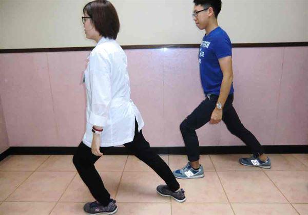 第一招/小腿肌肉伸展運動。(圖片提供/活力得中山脊椎外科醫院)