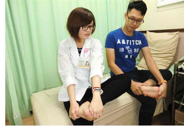 第二招/足底筋膜伸展運動。(圖片提供/活力得中山脊椎外科醫院)