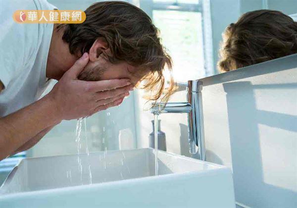 男性肌膚保養首重清潔與保濕,正確洗臉就是保養的第一步。