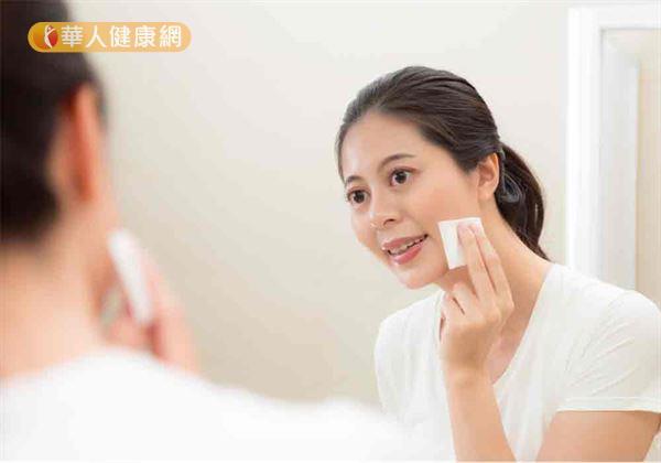 將棉片對折,包覆睫毛及根部,順著睫毛向外清潔,清除睫毛根部的彩妝(能幫助進一步清除眼部殘妝,減少異物進入眼球的機會)。