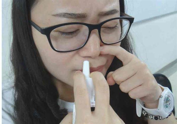 醫師提醒,鼻子不通卻不當使用鼻噴劑,小心成癮及罹患藥物性鼻炎。(圖片/奇美醫學中心提供)