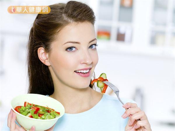 飲食均衡,掌握少調味品、低油脂、少加工食品、多蔬果、多高纖的原則,有助更年期健康。