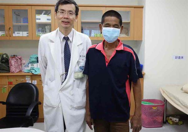 釣魚感染海洋弧菌險致命,孫姓男子(右)感謝主任黃介琦(左)救命之恩。(圖片提供/大林慈濟醫院)
