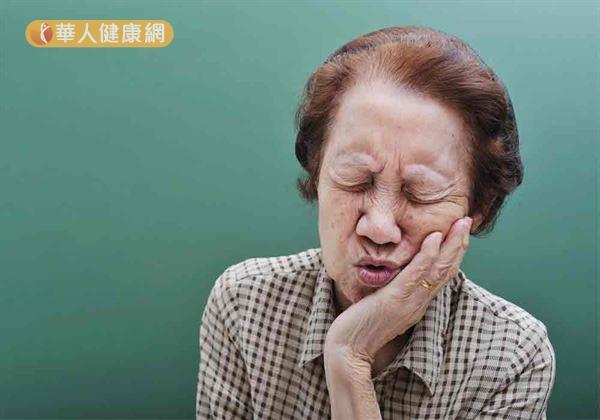 彰化縣1名83歲的謝奶奶看過5位醫師、試過多種藥劑及偏方,其舌頭下緣約3公分大的潰瘍,在歷經2個月後卻始終好不了,嚴重影響其日常生活。(圖片僅為示意,非當事人)