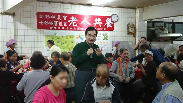 重陽節前夕,台北市鄧家基副市長來到市定古蹟士林神農宮,與長者歡慶重陽節。(圖片/台北市立聯合醫院提供)