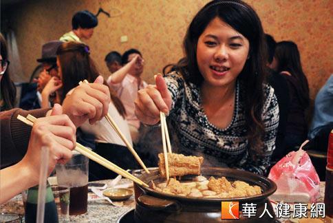 冷氣團來襲,三五好友吃火鍋,醫師建議不要吃太多的辣食,以免造成腸胃不適。(攝影/黃志文)