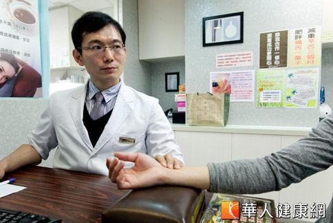 傳統中醫主張「藥食同源」,中醫師潘敏良(如圖)指出,雞隻最適合在春天為人體補氣養生;尤其具零脂肪的「滴雞精」,有助於補血益氣。(攝影/黃志文)