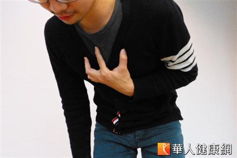 年輕瘦高的男性,是自發性氣胸的高危險群,常見症狀是突發性的胸痛、喘、咳嗽。(攝影/駱慧雯)