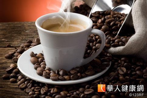 多數民眾看診時會被叮嚀少喝咖啡,但一項調查卻發現6成以上醫師有喝咖啡的習慣,少部分更有成癮現象。