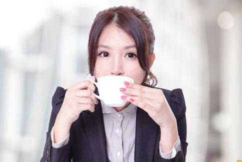 楊榮森醫師表示,咖啡不是造成骨質疏鬆的危險因子,但過量仍可能造成影響,建議會擔心的民眾可做骨密度檢查,確認自己是否有骨鬆症,是否需要少喝點咖啡。