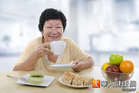 老人家常有腹脹、排氣不順的倦怠困擾,陳玫妃中醫師建議每餐飯後按摩腹部,可幫助腸胃蠕動,改善倦怠。