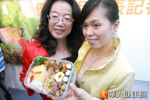 以「憤怒鳥米便當」獲得評審青睞的林雪梅(左)及黃翠琴小姐(右),將創意融入健康便當中。(攝影/張世傑)