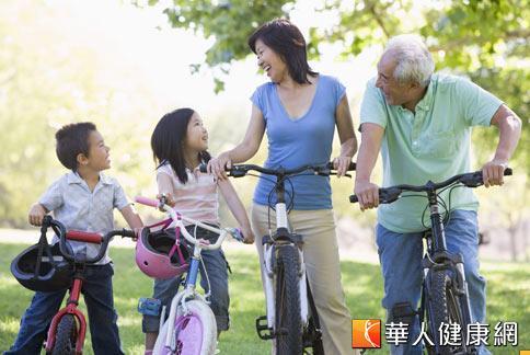 騎自行車要注意避免熱身不足、騎乘姿勢不當、運動過度。(攝影/黃志文)