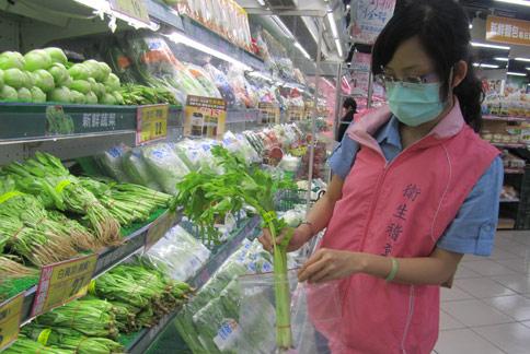 衛生局稽查員抽驗市售生鮮蔬果,發現「小黃瓜」與「芹菜」均驗出殘留農藥。(圖片提供/新北市衛生局)