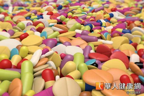 藥物濫用的情形嚴重,尤其不少青少年,對K他命毫無毒品的警覺心,且藥頭可能將K他命偽裝成其它藥品,加上戒斷症狀比較低,容易誤以為不會成癮而再度使用。