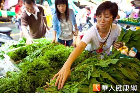 綠色和平組織抽驗傳統市場蔬果的農藥殘留情況,結果發現半數以上有農藥殘留,且部分樣品有混合農藥現象。(攝影/黃志文)